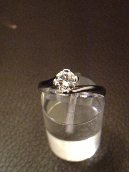 solitaire diamant 0,59 ct  or blanc 18 carats, or 750
